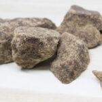硬い黒糖をやわらかくして粉末状や小さい塊にする方法